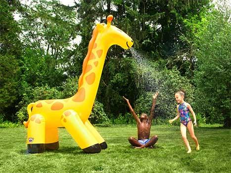 Rolig vattenspridare gigantisk giraff