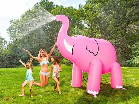 Rolig vattenspridare gigantisk rosa elefant